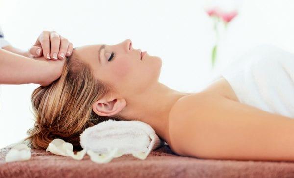 Gội đầu kết hợp massage giúp máu tuần hoàn tốt hơn