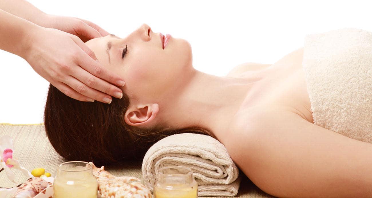 Gội đầu kết hợp massage giúp thư giãn và khỏe tóc