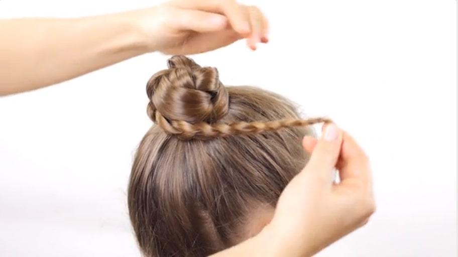 Thắt bím và cuộn tròn bạn sẽ có một búi tóc xinh xắn