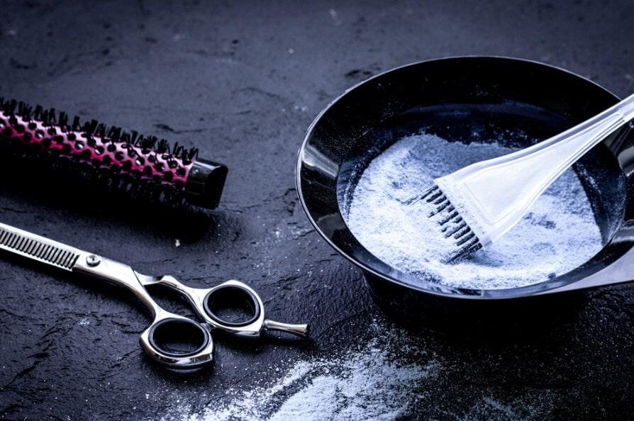 Để có thể nhuộm được những màu sáng bạn cần tẩy nền tóc trước