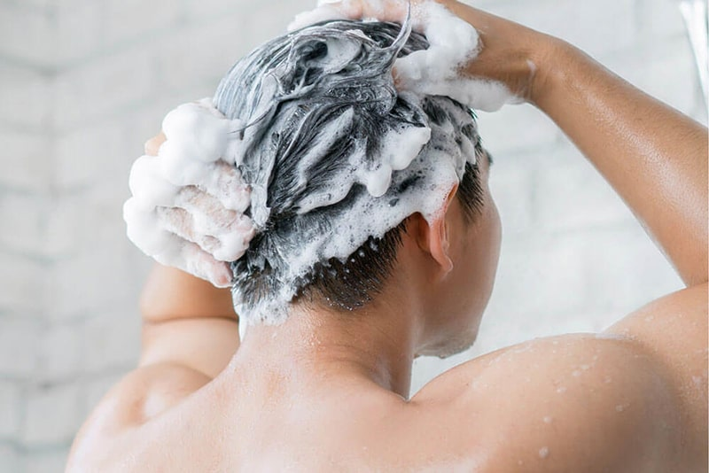 Gội đầu sạch sẽ sau mỗi lần sử dụng gel tạo kiểu để giúp bảo vệ tóc