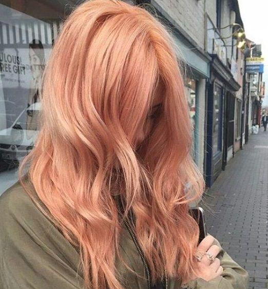Một chút hồng nữ tính nổi bật với ánh đồng sẽ giúp nàng da ngăm thu hút hơn