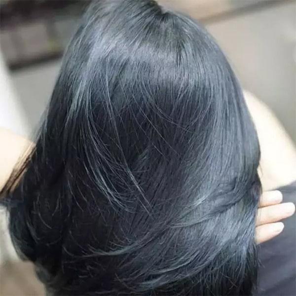 Tóc nhuộm đen ánh xanh bóng sẽ thu hút mọi ánh nhìn đặc biệt là dưới ánh nắng