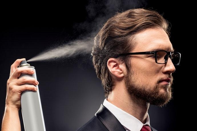 Xịt keo tạo kiểu để giữ nếp tóc uốn phồng được lâu hơn