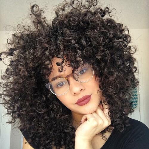Nổi bật với mái tóc uốn xù