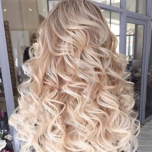 Mái tóc uốn xoăn sóng nhẹ làm tăng sự dịu dàng