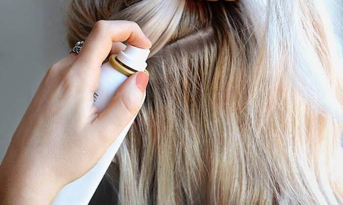 Xịt keo lên chân tóc và dùng lược chải rối nhẹ để làm phồng