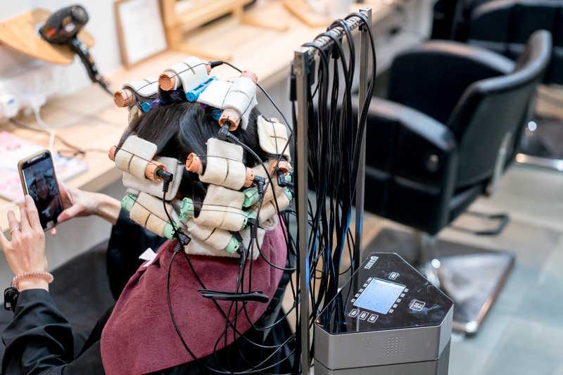 Máy uốn tạo kiểu bằng tác động nhiệt lên tóc