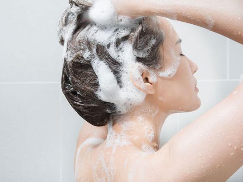 Sau khi uốn tóc, hãy đợi 3-5 ngày để gội đầu trở lại