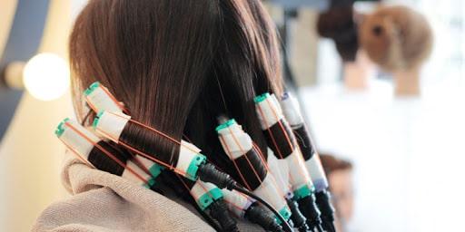 Uốn tóc setting kết hợp thuốc uốn và nhiệt độ cao để tạo lọn xoăn