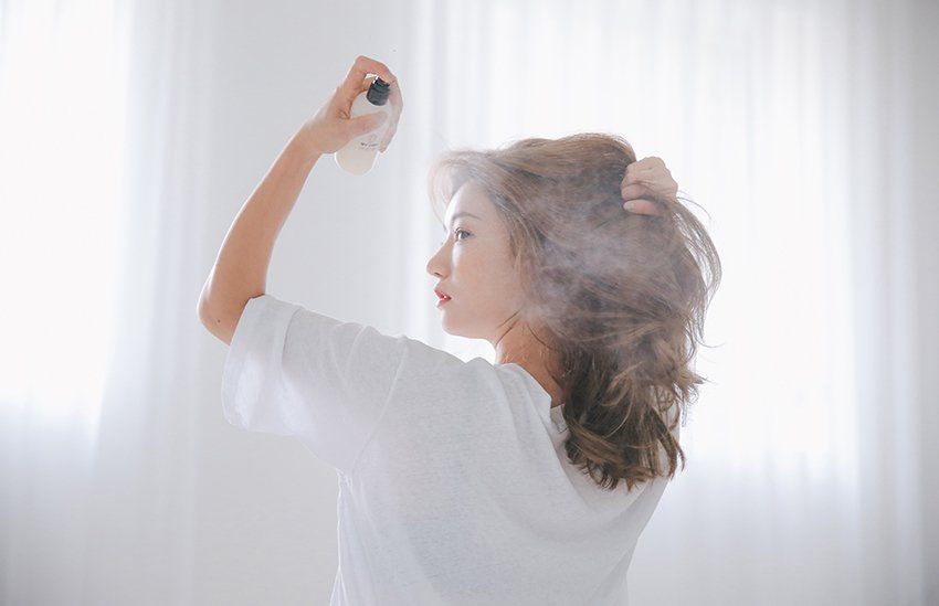 Phủ một lớp sương nhẹ trên toàn bộ tóc để tạo độ bóng