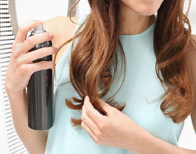 Xịt keo lên đuôi tóc trước khi uốn để giữ nếp