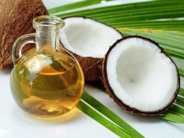Nên sử dụng dầu dừa nguyên chất sẽ tốt cho tóc hơn