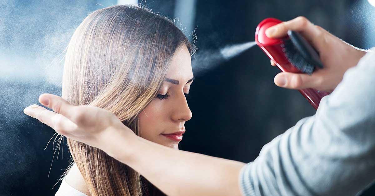 Nên xịt một lớp dưỡng bảo vệ tóc khỏi nhiệt độ của máy kẹp trước khi kẹp