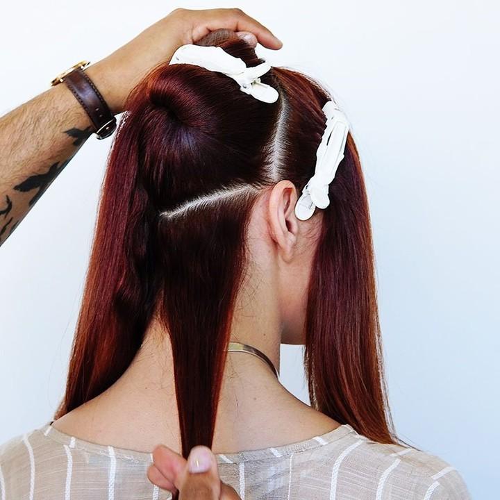 Bạn nên chia tóc ra từng phần để bôi thuốc và kẹp tóc dễ dàng hơn