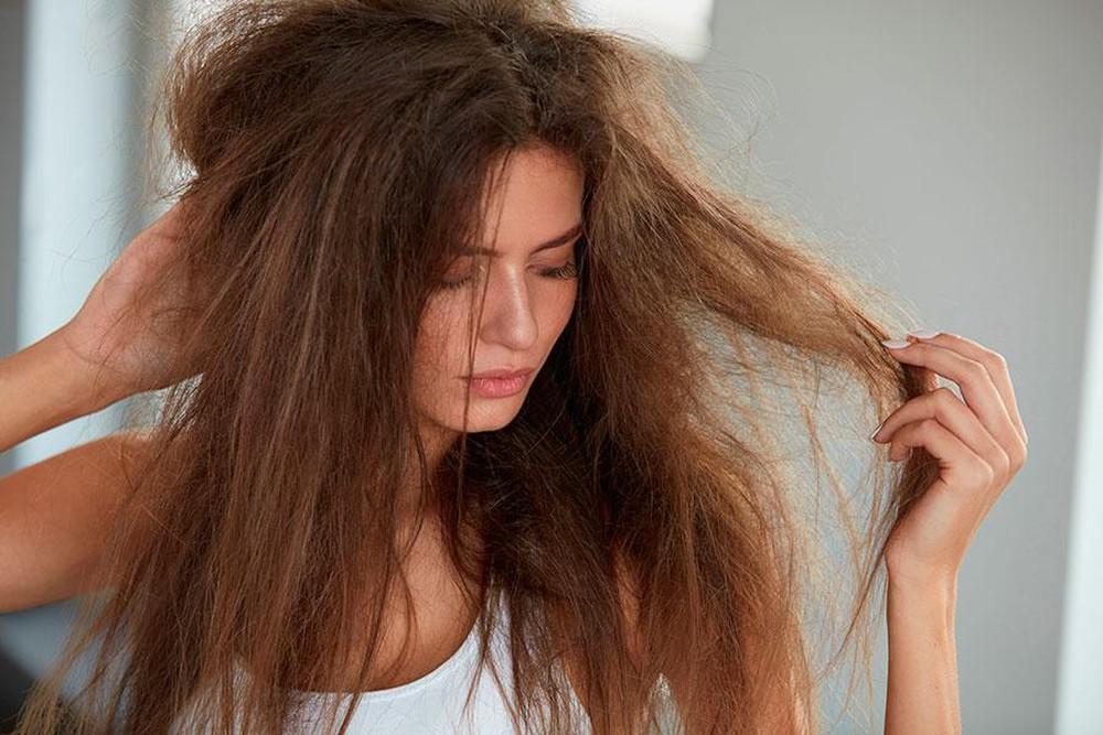 Tóc trở nên khô rối, chẻ ngọn vì hóa chất và nhiệt