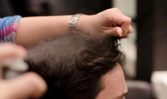Sử dụng nước muối biển cũng là cách để tóc nam phồng dễ thực hiện tại nhà
