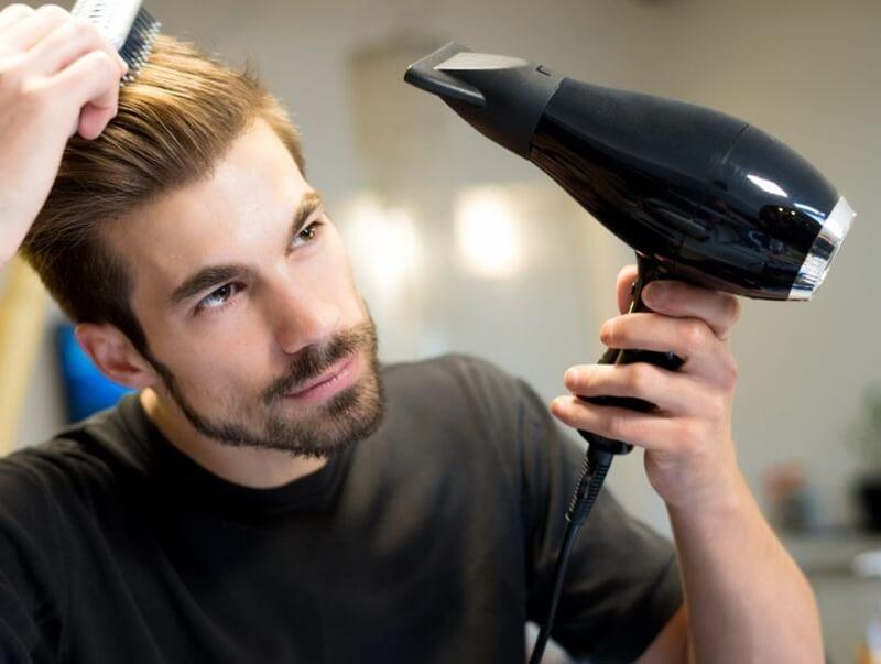 Xịt keo trước khi tạo kiểu với máy sấy hoặc lược giúp tóc giữi nếp lâu hơn
