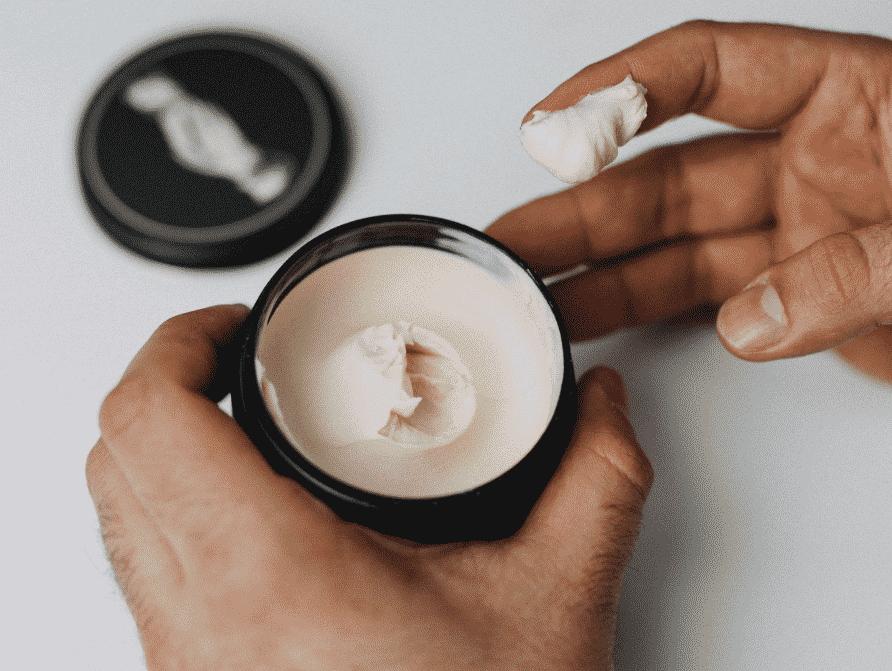 Chỉ sử dụng một lượng nhỏ wax để tóc không bị nặng