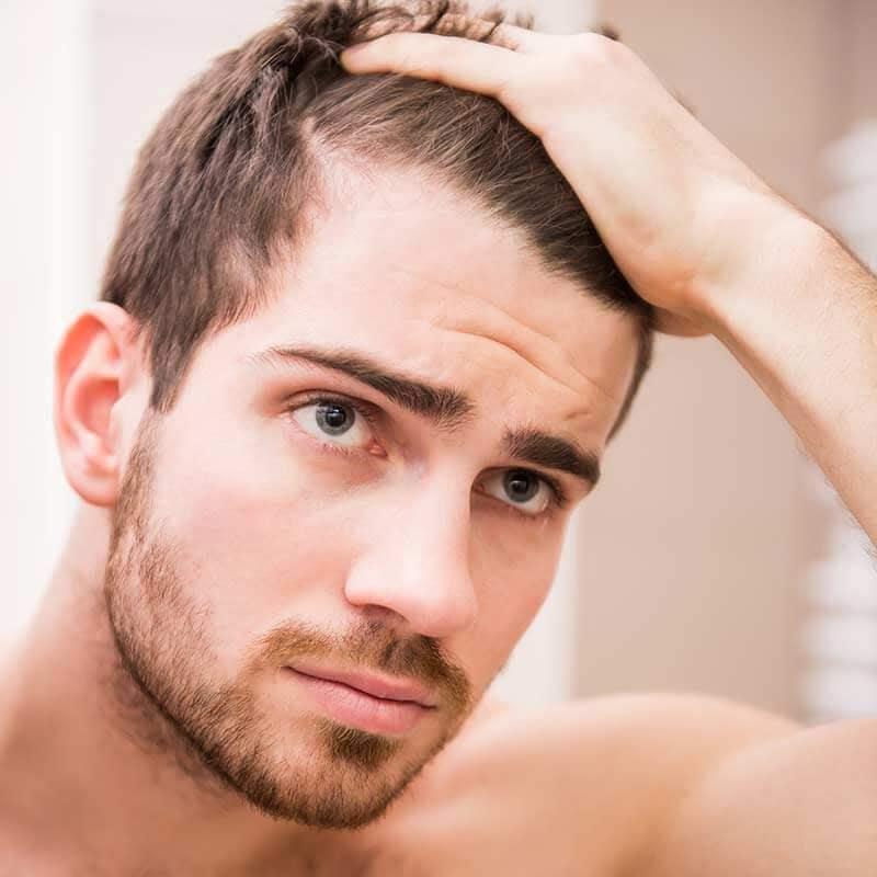 Sử dụng sáp vuốt tóc chứa cồn, sulfate,.. khiến tóc rụng nhanh hơn