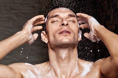Sau khi dùng dầu xả thì làm sạch tóc với nước mát thay vì nước ấm