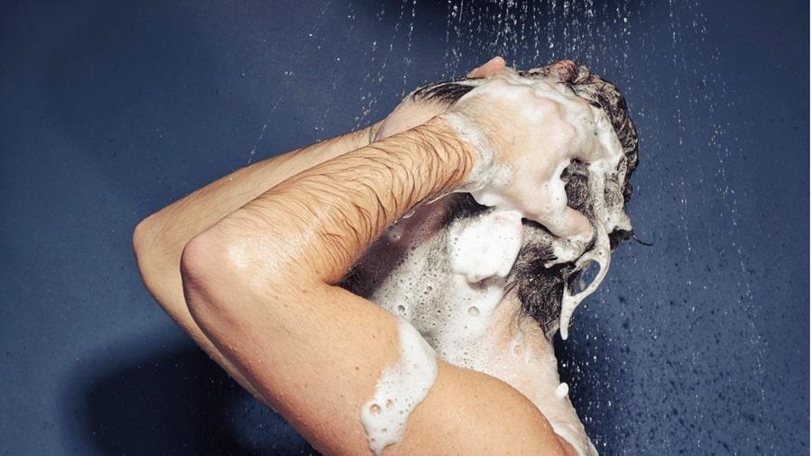 Làm sạch tóc đúng cách giúp bảo vệ tóc sau khi dùng sáp tạo kiểu