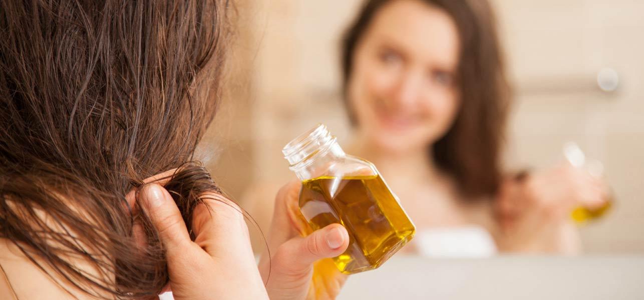 Làm ấm dầu và thoa lên tóc giúp dưỡng chất thẩm thấu tốt hơn vào lõi tóc