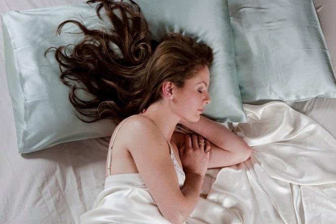 Ngủ trên gối lụa giúp bảo vệ tóc và làn da của bạn