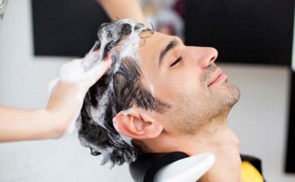 Gội đầu thật sạch với dầu gội mỗi khi sử dụng sáp vuốt tóc