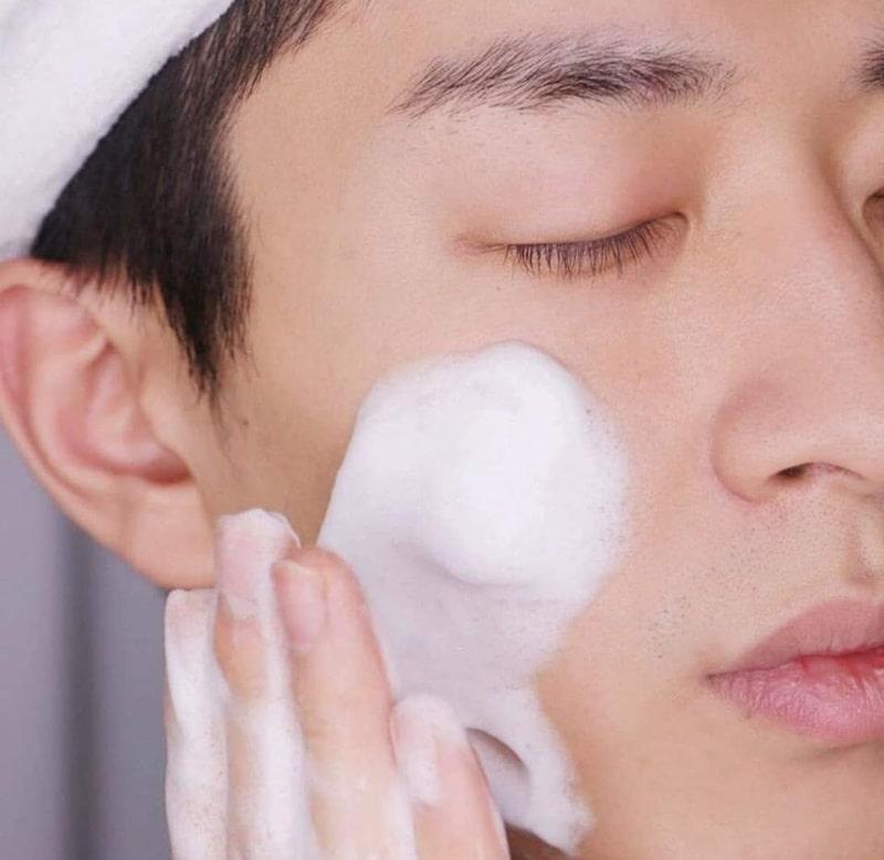 Cách lựa chọn sữa rửa mặt phù hợp cho nam có làn da dầu là gì?