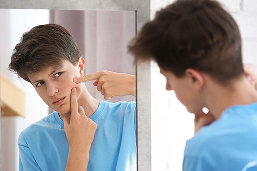 Nam giới dậy thì thường bị nổi mụn thì nên sử dụng sữa rửa mặt nào?
