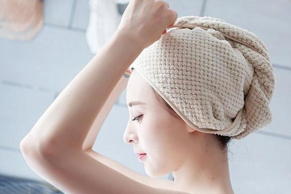 Sử dụng khăn quấn đầu để kem ủ hoạt động tốt hơn trên tóc