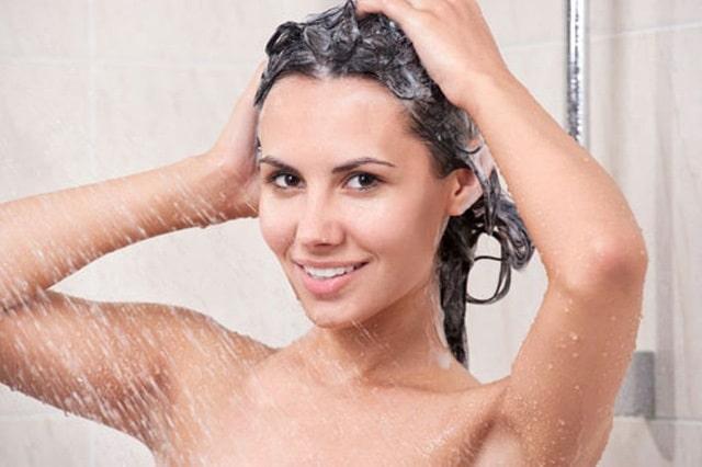 Nếu bạn đã gội sạch tóc trước khi ủ thì bước này chỉ cần xả lại với nước sạch