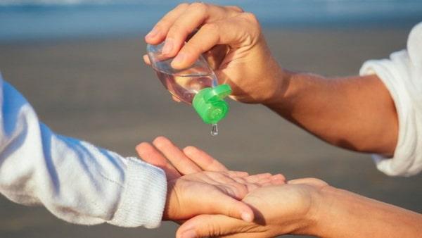 Phụ huynh nên sử dụng gel cho trẻ thay vì để các bé tự làm
